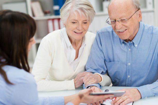 Пенсионеры беседуют с девушкой