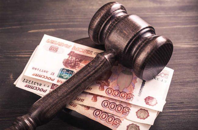 Молоток судьи лежит на деньгах