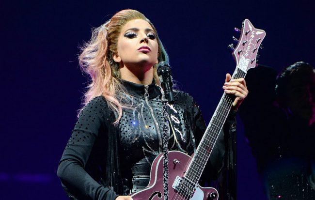 Леди Гага с гитарой