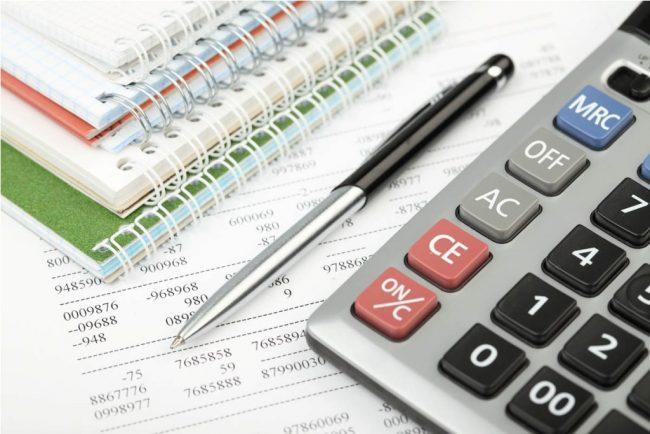 Бумага с расчётами, калькулятор и ручка