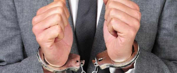 Мужские руки в наручниках крупным планом