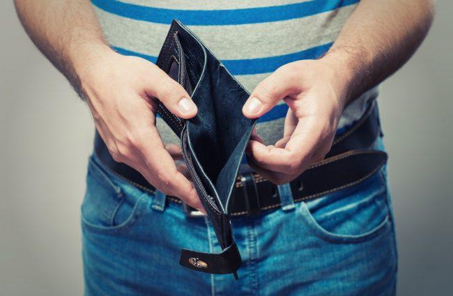 Мужские руки держат пустой кошелёк