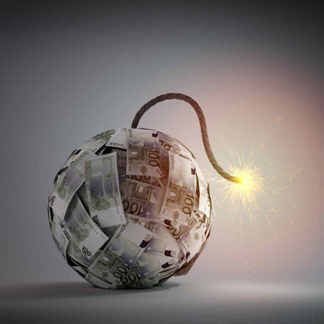 Деньги в форме бомбы с подожжённым фитилём