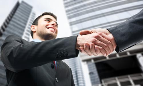 Рукопожатие на фоне высотных зданий