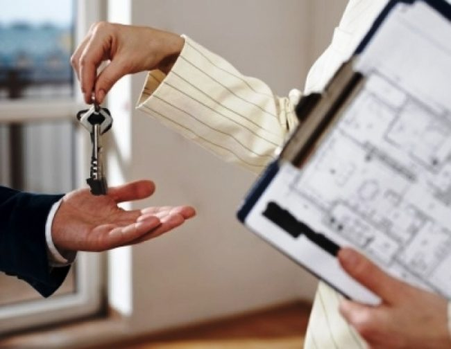 Один человек передат другому ключи