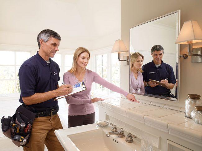 Женщина и мужчина в квартире у раковины с зеркалом
