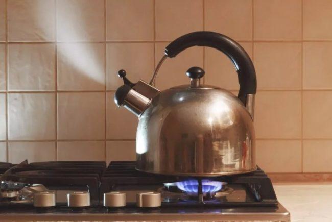 Чайник кипит на плите