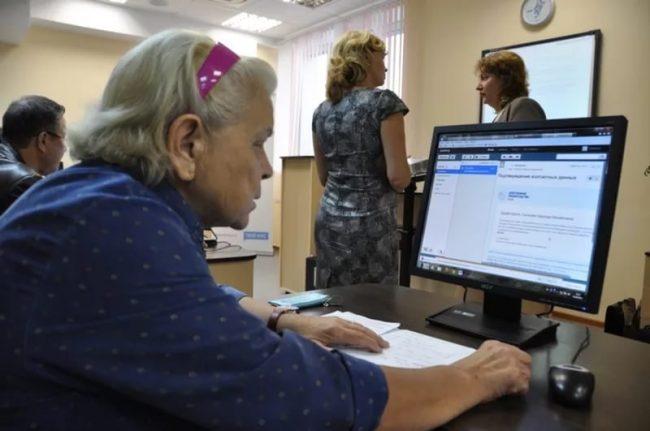 Пенсионерка в МФЦ за компьютером