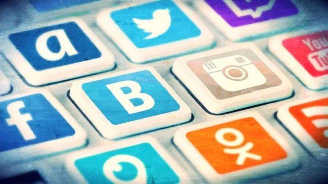 «Кнопки» на клавиатуре с логотипами социальных сетей