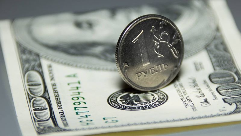 Курс рубля снижается по отношению к евро и растёт по отношению к доллару