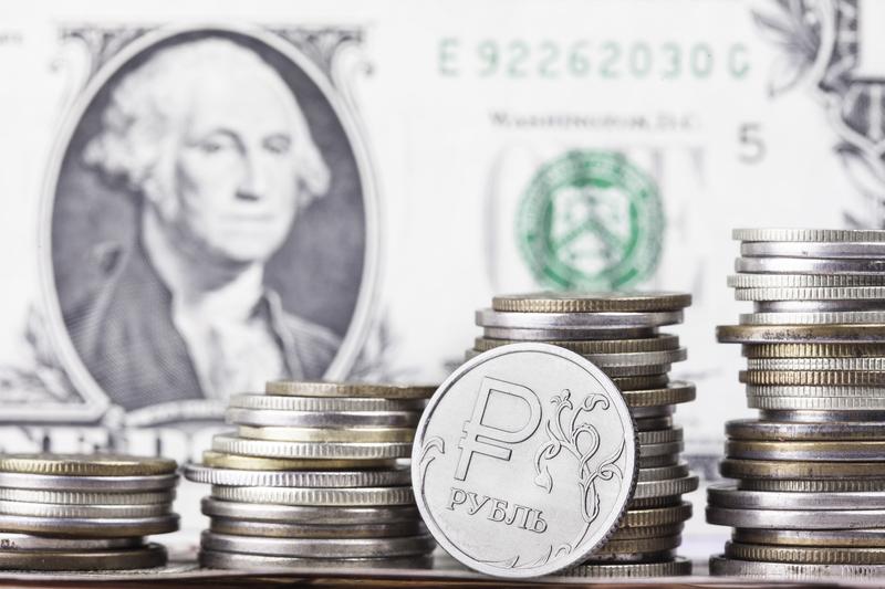 Рубль укрепился к доллару и евро при открытии торгов