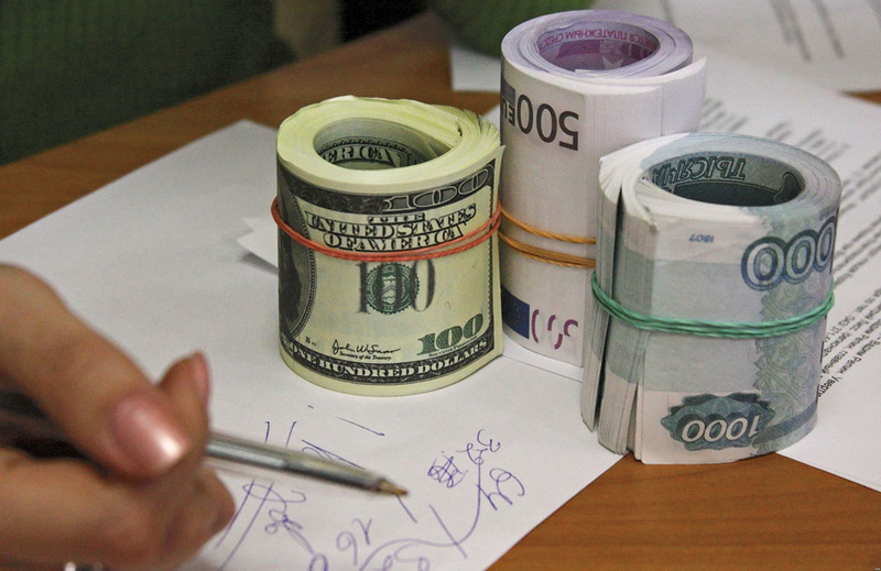 На старте торгов отечественная валюта подросла к евро и доллару