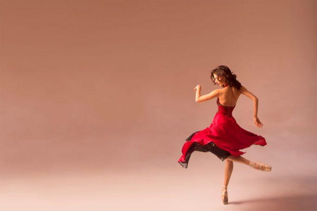 Девушка в пуантах танцует