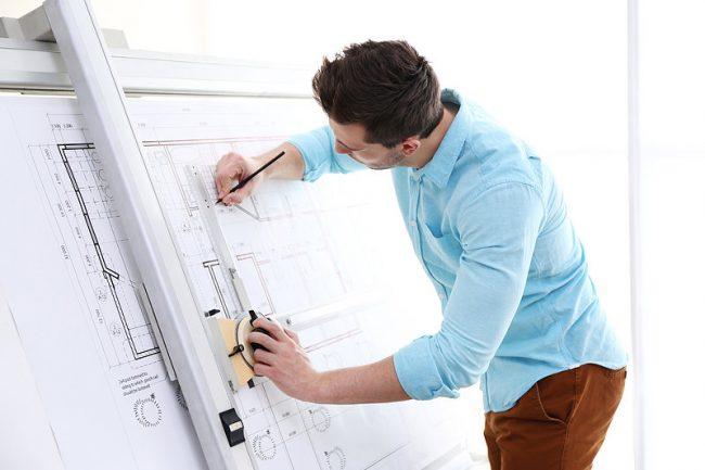 Инженер рисует чертёж
