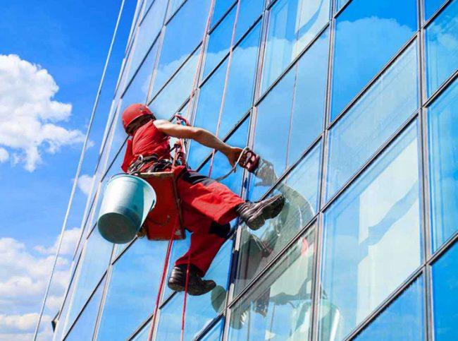 Альпинист на здании