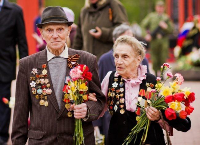 Ветераны ВОВ с цветами