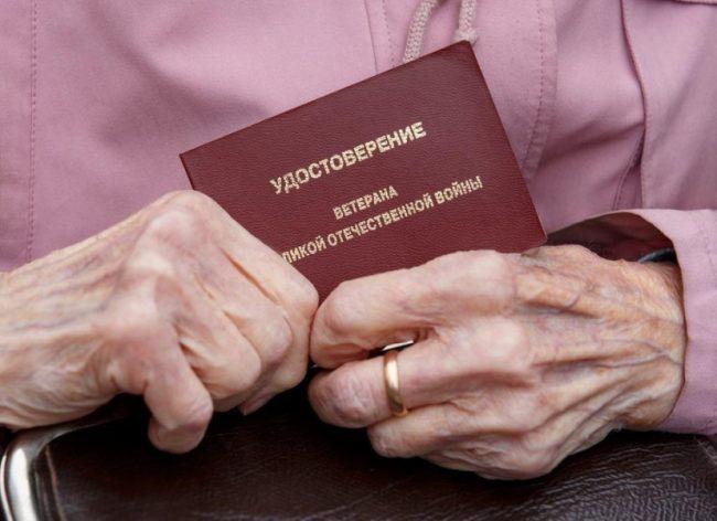 Пожилая женщина держит удостоверение ветерана ВОВ