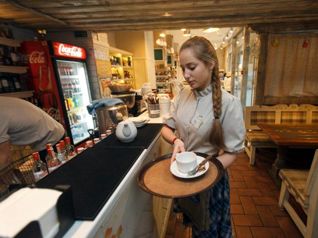 Девушка-официант