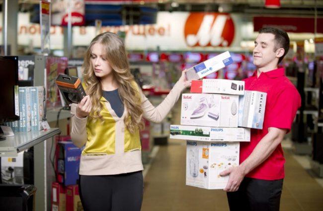 Девушка и парень в магазине бытовой техники