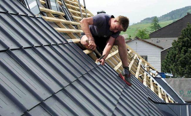 Мужчина кладёт крышу