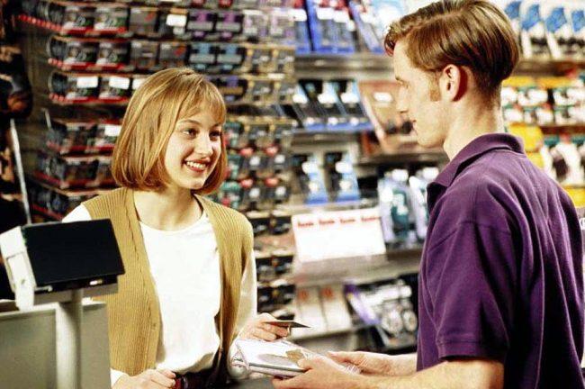 Продавец и покупатель в магазине