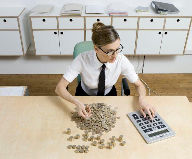 Девушка пересчитывает монеты