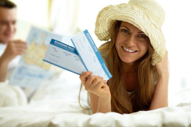 Девушка с двумя билетами в руках