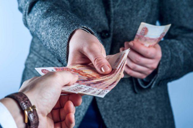 мужчина передаёт деньги