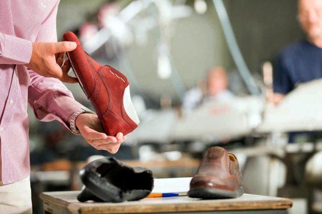 Мужчина смотрит туфли