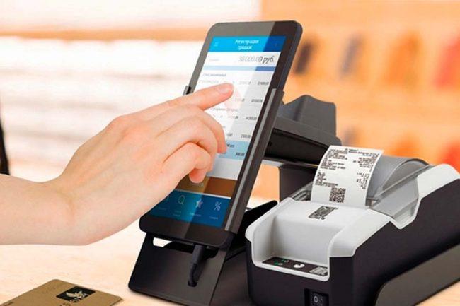 Телефон и кассовый аппарат с чеком