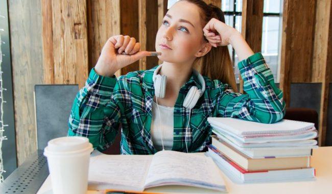 Девушка с учебниками и тетрадями