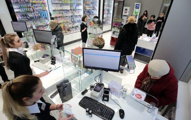 Работники и посетители аптеки
