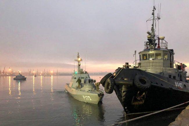 Российский корабль и украинский военный катер