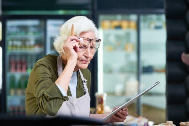 Пожилая женщина сна рабочем месте
