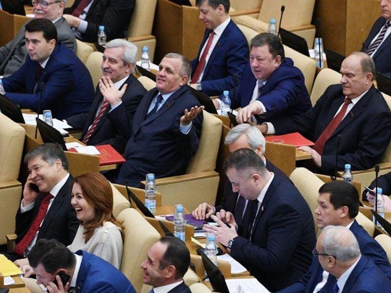 Сколько зарабатывают слуги народа: доходы депутатов Госдумы в месяц и год
