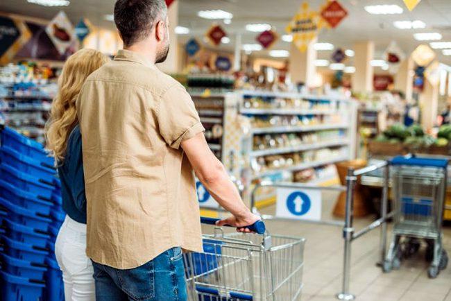 Мужчина и женщина с корзиной для покупок