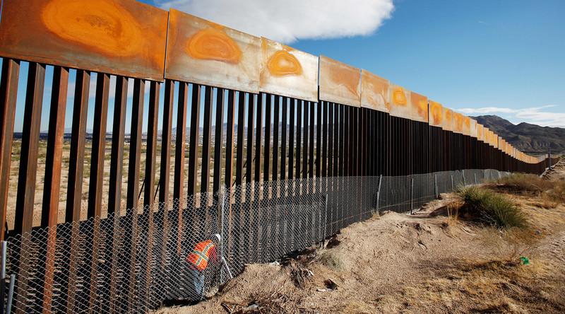 Трамп получит деньги из бюджета на строительство стены на границе с Мексикой
