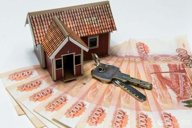 Игрушечный дом, ключи и деньги
