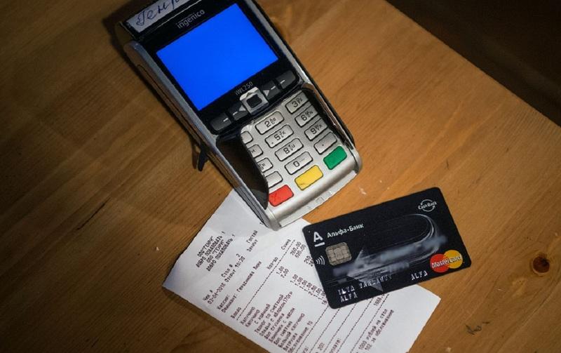 В России появится возможность оплатить чаевые официанту картой