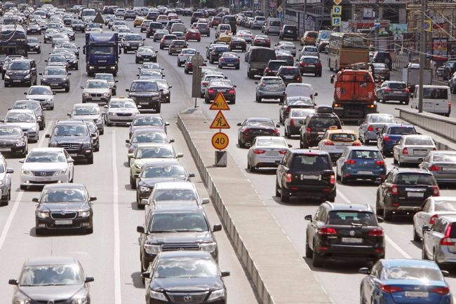 Поток автомобилей на дороге