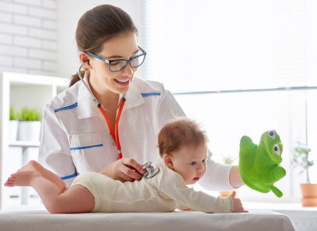 Педиатр слушает ребёнка