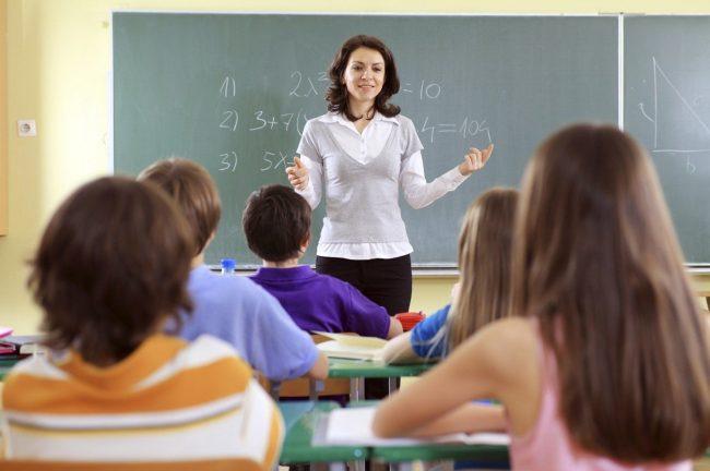 Учитель с учениками в классе