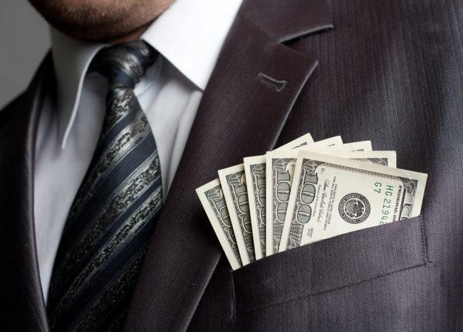 Деньги в кармане у мужчины