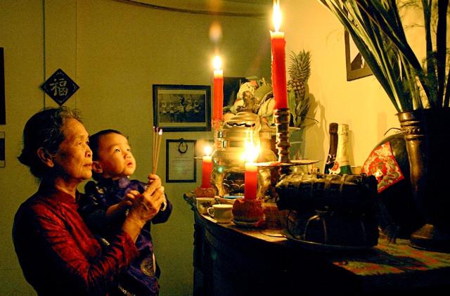 Пожилая китаянка с ребёнком на руках