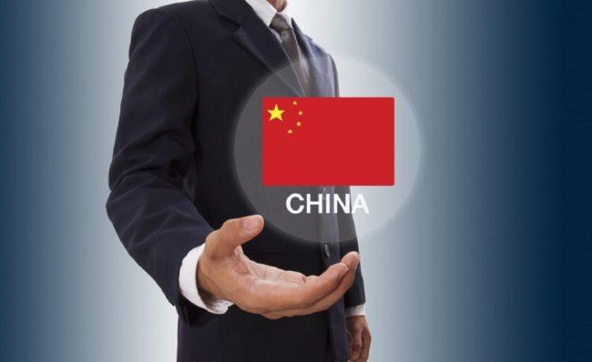 Флаг Китая и человек в костюме