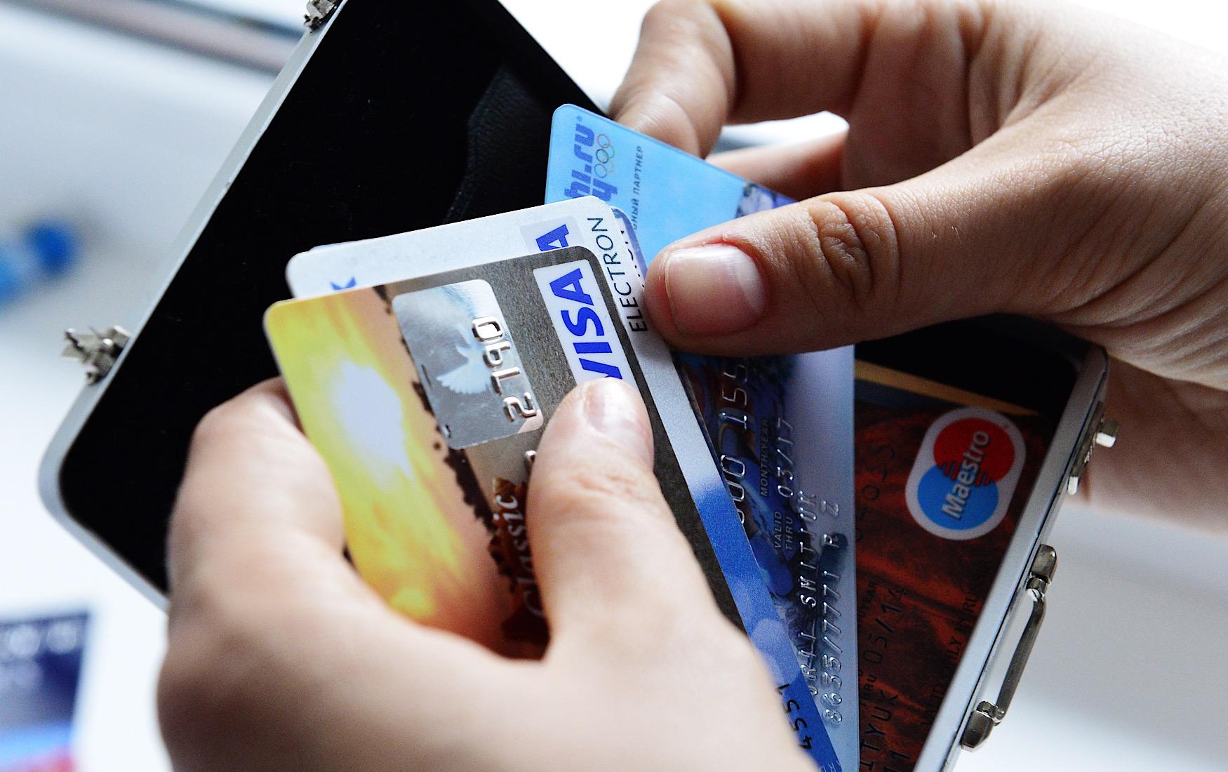 Почему после увольнения на зарплатной карте может возникнуть долг