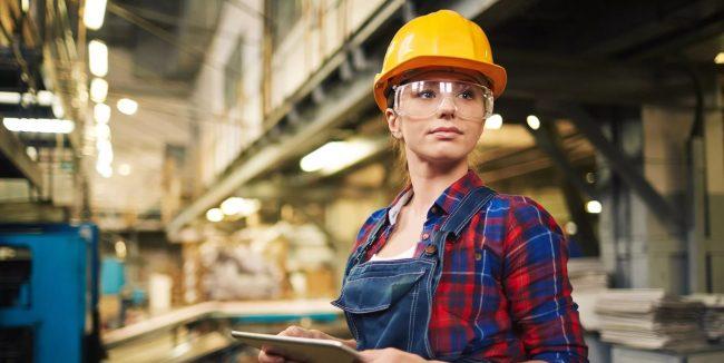 Рабочая на производстве
