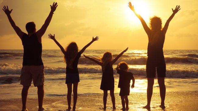 Силуэты взрослых и детей на закате