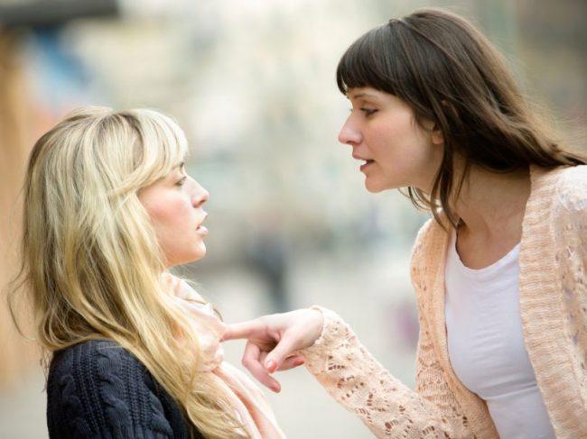 Две девушки спорят
