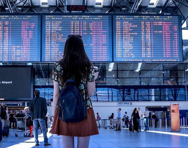 Девушка в аэропорту Кории
